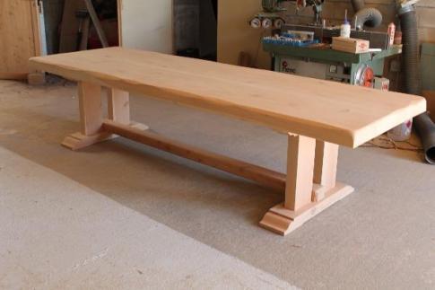 Cette table de salle à manger fait partie d'une de nos réalisations.<br><br>Entièrement en bois d'Ife, avec un plateau de 9cm d'épaisseur et une longueur de 3m.<br><br>
